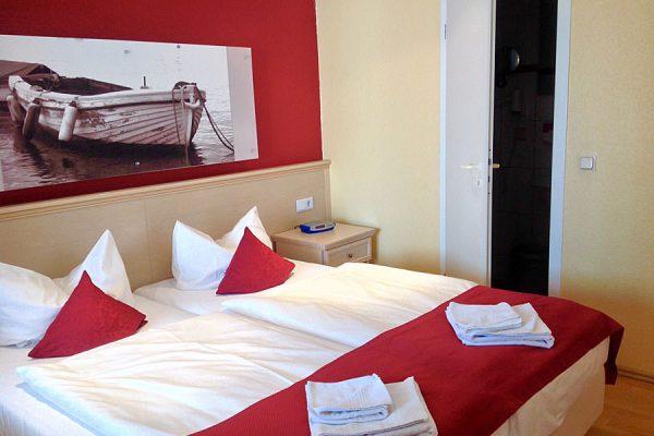 Doppelbett im Schlafzimmer im Ostseehotel Baabe auf der Insel Rügen