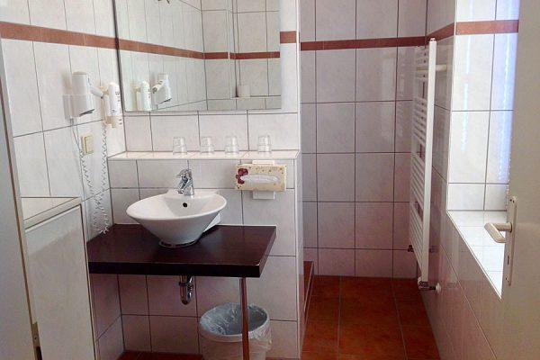 Bad vom Doppelzimmer im Ostseehotel Baabe auf Rügen – Urlaub an der Ostsee