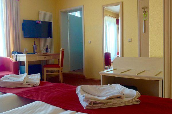 Wohnbereich mit Bett und Flatscreen im Doppelzimmer vom Ostseehotel Baabe – Urlaub auf Rügen