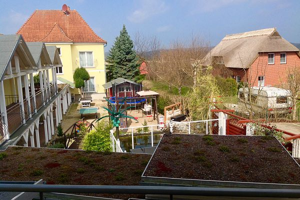 Blick vom Doppelzimmer in den Garten mit Spielplatz im Ostseehotel Baabe auf Rügen