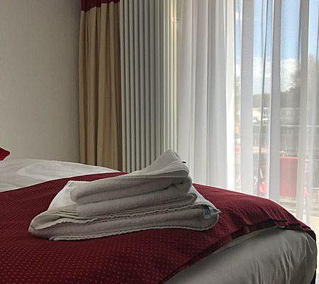 Einzelzimmer mit Bett und Balkon im Ostseehotel Baabe auf Rügen