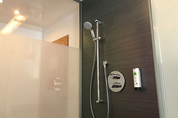 Dusche vom Familienzimmer Plus im Ostseehotel Baabe auf der Insel Rügen