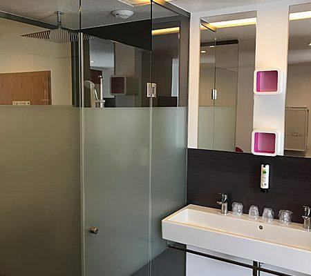 Badbereich vom Familienzimmer Plus im Ostseehotel Baabe auf Rügen