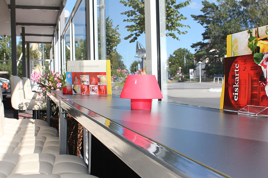 Sitzmöglichkeiten im Außenbereich vom Restaurant Deichgräfin im Ostseehotel Baabe auf Rügen